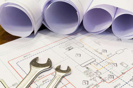 Maintenance and service: Wrench and project drawings with plumbing system Stockfoto