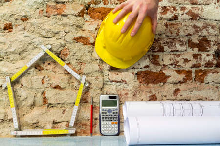 Construction of buildings: house and projects on brick wall background Stockfoto