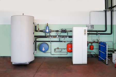 Geothermische warmtepomp voor verwarming in de stookruimte Stockfoto
