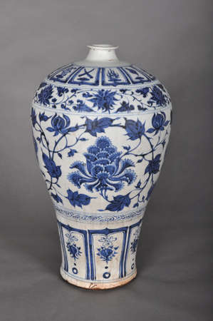 inherit: With the Yuan Dynasty blue and white peony flower vase Editorial