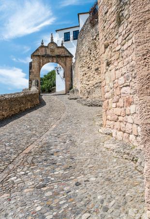 APathway alonf die alten Stadtmauern und Gateway - Ronda, Andalusien, Spanien Standard-Bild - 81381824