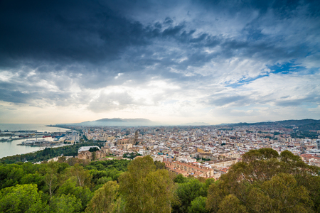 Erhöhte Ansicht von Màlaga-Stadt, Kosten del Sol, Südspanien Standard-Bild - 81397420