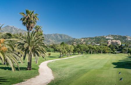 Golfbaan in Marbella, Costa del Sol, Spanje met La Concha Mountain op de achtergrond