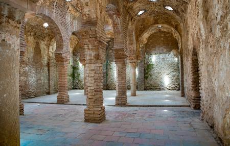 Arabische Bäder in Ronda. Ende des 13. Jahrhunderts während der Herrschaft von König Abomelik erbaut. Die Bäder befinden sich im alten arabischen Viertel der Stadt, bekannt als San Miguel Viertel. Die Bäder befinden sich im alten arabischen Viertel der Stadt, bekannt als t Standard-Bild - 81588172