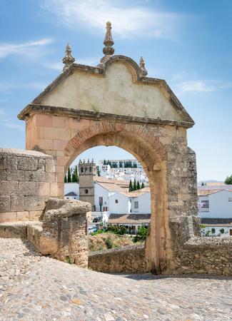 Der Felipe V Bogen zur alten Brücke in Ronda, Andalusien, Spanien Standard-Bild - 81835405