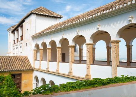 Gewölbter Gehweg in der Alhambra Palace und Festung in, Granada, Andalusien, Spanien. Standard-Bild - 82045644