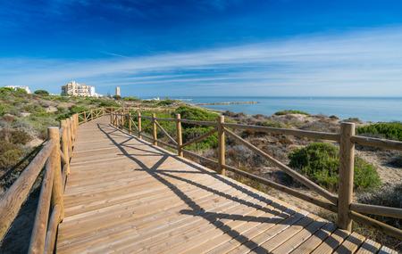 Cabopino Port von neuen Promenade im Jahr 2016 gebaut. Klarer blauer Himmel und Ferienwohnungen in der Ferne Standard-Bild - 81588176