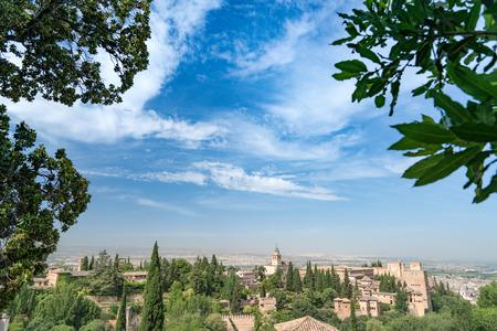 Alhambra-Palast und Festung gelegen in, Granada, Andalusien, Spanien mit tiefem blauem Himmel und hellen weißen Wolken. Standard-Bild - 81505238