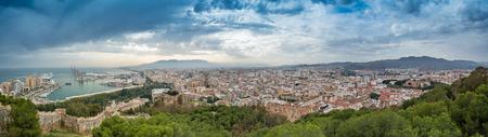 Sehr detaillierte panaoramic Blick auf die Stadt Malaga, Südspanien, Malaga Hafen, Kathedrale und andere wichtige Sehenswürdigkeiten Standard-Bild - 81559965