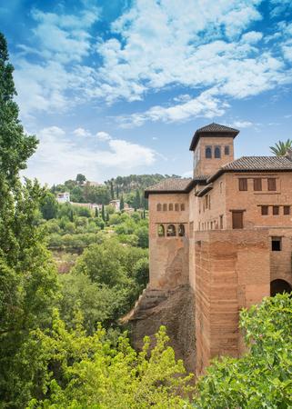 Alte Gebäude an den Verstärkungen beim Alhambra Palace und der Festung herein gelegen, Granada, Andalusien, Spanien. Standard-Bild - 81381800