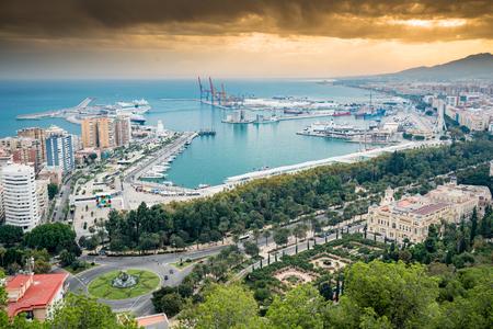 Malaga Hafen mit Kreuzfahrtschiff im Dock und Dramatischer Himmel mit blauem Meer Standard-Bild - 81591707