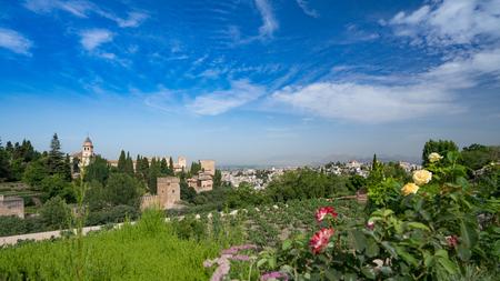 Gärten und Blick in Richtung Granada mit Bergen im Hintergrund in der Alhambra Palace und Festung in, Granada, Andalusien, Spanien. Standard-Bild - 81559967