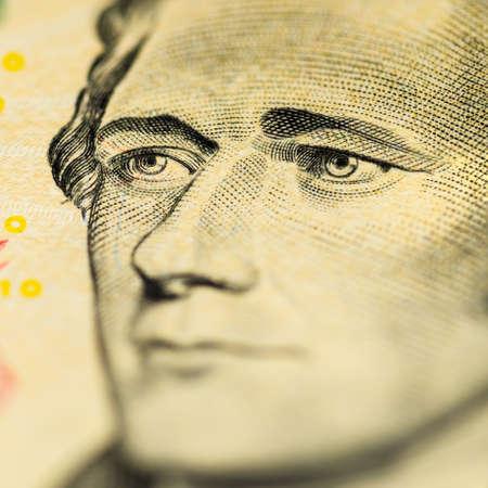 alexander hamilton: Il volto di Hamilton su dieci dollari.