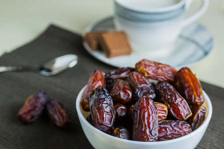 Sweet organic dates fruit in small bowl Banque d'images