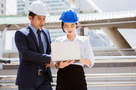 Junge Ingenieurin wurde von ihrem Mentor auf der Baustelle ausgebildet train