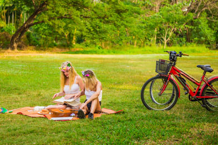 Young woman having picnic with friend Stockfoto