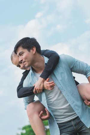 Boyfriend carrying his girlfriend on piggyback. Standard-Bild