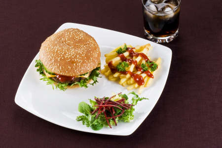 beefburger: Beefburger with crispy salad leaves and chips