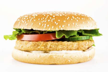 hamburguesa de pollo: Hamburguesa de pollo con tomate pepino lechuga y mayonesa en blanco Foto de archivo