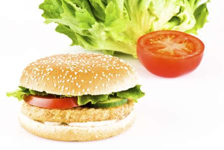 hamburguesa de pollo: Hamburguesa de pollo con tomate pepino lechuga y mayonesa  Foto de archivo