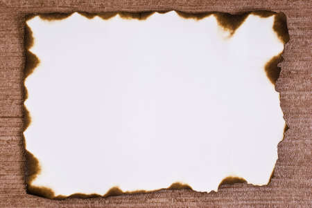 papier brul�: Papier br�l� sur fond brun Banque d'images