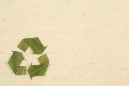 natureal: riciclaggio simbolo, simbolo riciclati ottenuti da foglie di Mobius Loop copia spazio su sfondo natureal