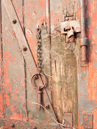 close up of rustic key and chain outside shed red grunge; essex; england; uk Imagens