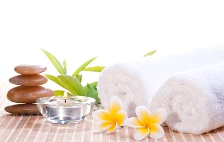 Spa concept met zen stenen, bloemen op bamboe mat achtergrond Stockfoto