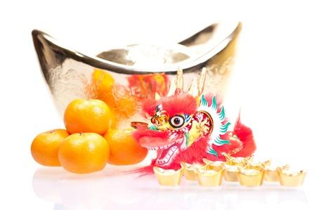 Chinesische neue Jahr mit Drachen Dekoration, gro�e Goldbarren und Mandarinen