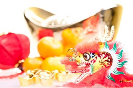 Chinesische neue Jahr mit Drachen Dekoration, gro�e Goldbarren, rote Laterne und Mandarinen
