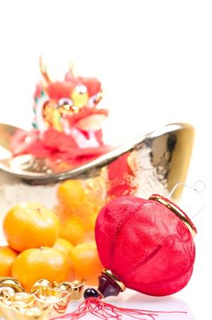Chinesisches neues Jahr mit Drachen Dekoration, gro�e Goldbarren, rote Laterne und Mandarinen