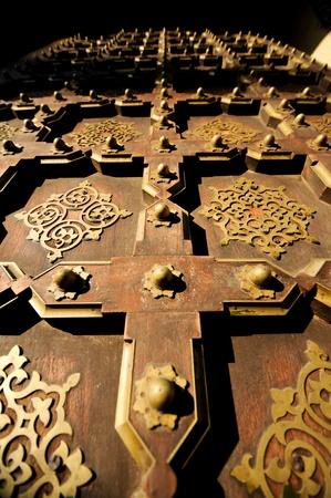 door bolt: La puerta de la fortaleza en Jaipur, India se juntan con el sol en la puerta Foto de archivo