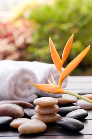 masajes relajacion: Spa concepto con heliconias y zen piedras al aire libre fondo bokeh Foto de archivo