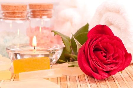Romantische Wellness-Pause mit einer roten Rose auf einem Bambus-Matte hautnah