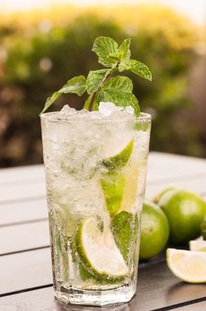 Mojito cocktail close-up in den sp�ten Nachmittag, eine kubanische Cocktail mit kubanischer Rum, Limette, Zucker und einem Spritzer Soda