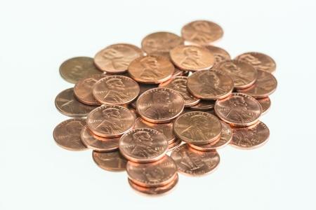 US Pennies aufgestapelt auf wei�em Hintergrund
