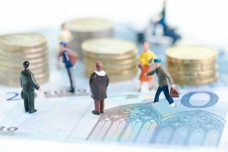 Miniatur-Menschen auf Euro-Banknoten
