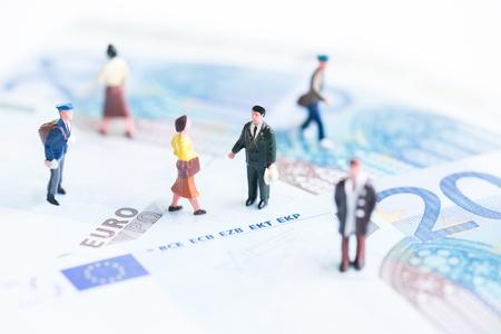 banconote euro: Persone in miniatura sulle banconote in euro Archivio Fotografico