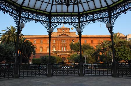 art museum: Museo degli Uffizi a Taranto, Italia. L'edificio � incorniciato da gazebo in Piazza Garibaldi. Il museo ha una bella collezione di dipinti del Rinascimento italiano.