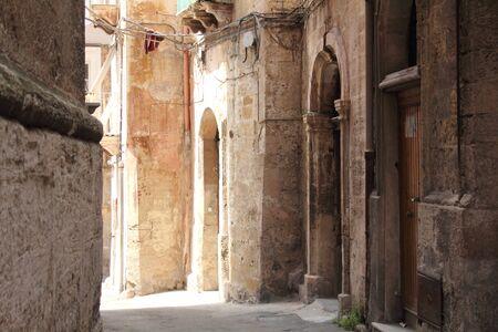 edad media: Edificios en el viejo barrio de Taranto Puglia Italia. Muchas de estas estructuras fueron construidas en la Edad Media. Editorial