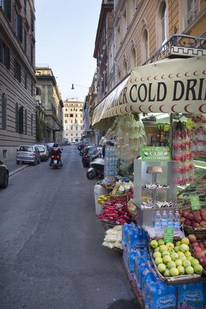 bebidas frias: Calle mercado de alimentos con un hombre en una moto en Roma Lazio Italia. Mercado al aire libre con un signo de bebidas fr�as. Editorial