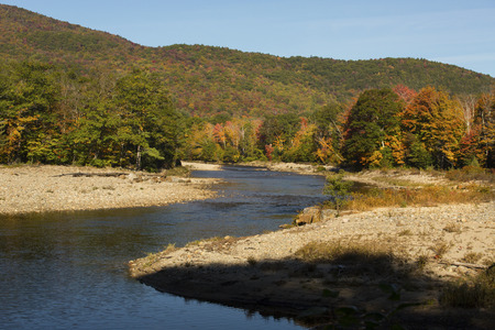 Pemigewasset-rivier in Noord-Woodstock, New Hampshire, in het Witte Bergen Nationale Bos, met grintbanken en dalingsgebladerte.