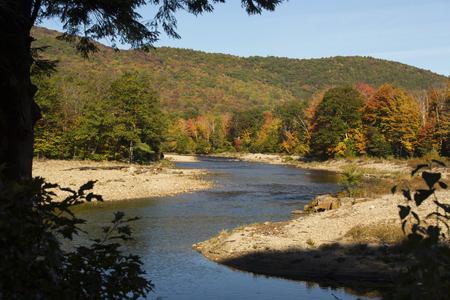 Pemigewasset River in North Woodstock, New Hampshire, in het White Mountains National Forest, met een draai in het kanaal en het gebladerte.