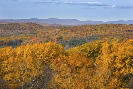 Vista desde la montaña del Mohawk en Cornwall, Connecticut, con follaje de otoño en las laderas bajas y mountians en la parte noroeste del estado. Foto de archivo - 47811572