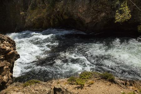 급류와 옐로 스톤 국립 공원, 와이오밍에 옐로 스톤 강 위 폭포 절벽.