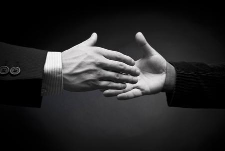 cerrando negocio: Los hombres de negocios que cierran un tratamiento en blanco y negro Foto de archivo