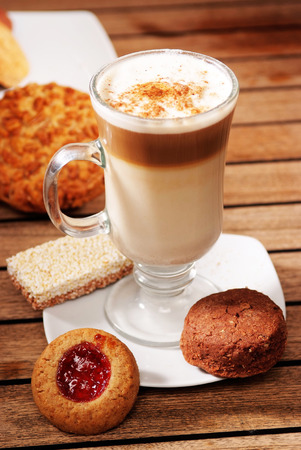 capuchino: Capuchino coffe and cookies