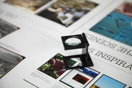 afdrukken van afbeeldingen herzien door een vergrootglas Stockfoto