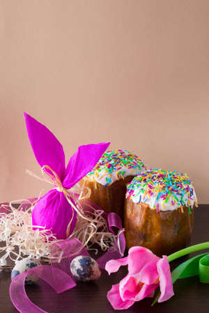 Easter egg in the form of rabbit in the nest with willow branch and tulips. Russian easter cake. Archivio Fotografico