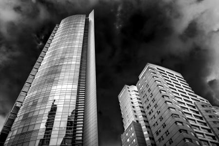 low angle views: Un par de edificios de alto contraste en blanco y negro.